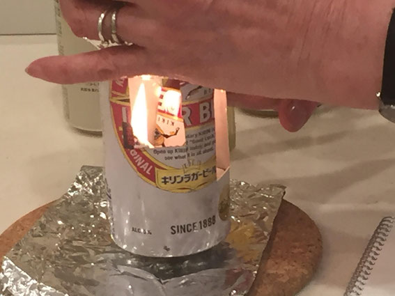 アルミ缶をハサミで切って蝋燭をセット。30分もすればご飯も炊ける実演。
