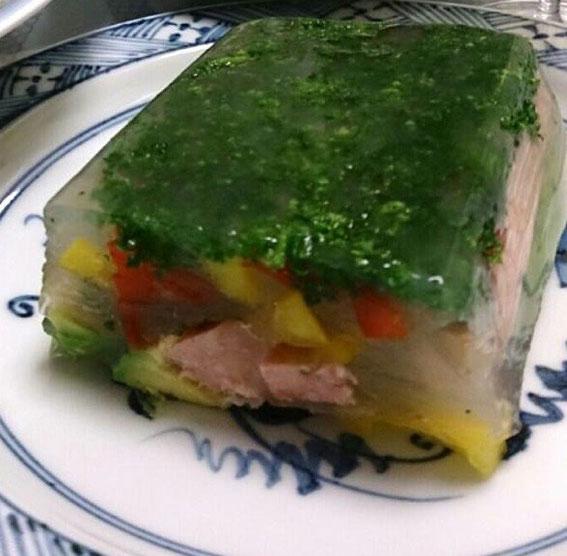Hさん作:パセリ、赤・黄ピーマンにポークソーセージ、アボカド。スープベースで。