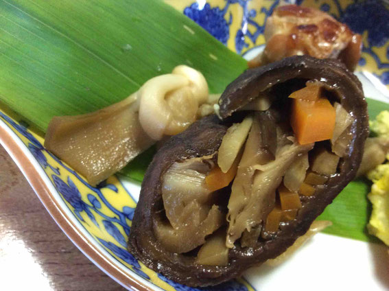 アケビの中をくり抜いて乾物にしておく。中には乾椎茸や打ち豆他野菜類。干瓢で縛る。