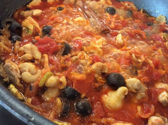 ものの5分で仕込み。あとは30分ほど煮るだけのチキンと乾物たっぷりのモロッコ風