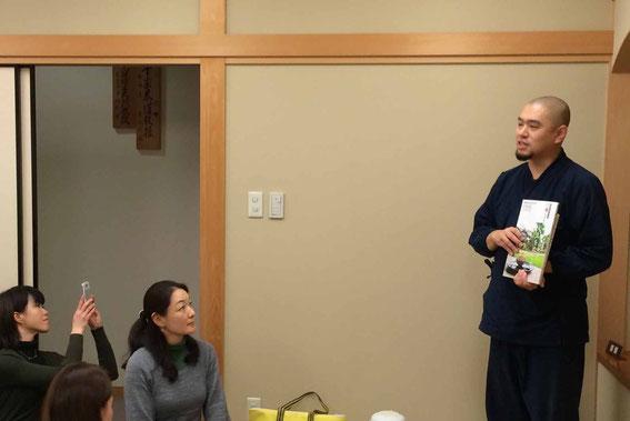 緑泉寺住職・青江覚峰氏。お寺の食事と乾物の関係についてお話いただきました。