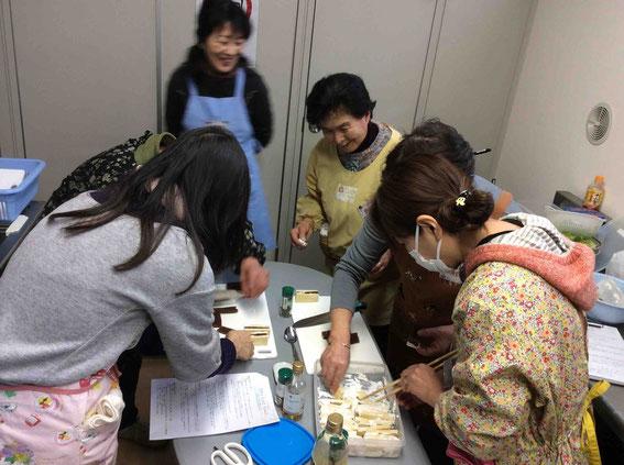 みんなで高野豆腐料理に挑戦中!