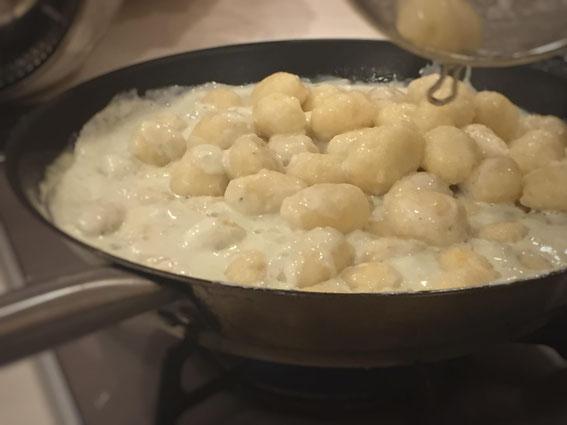強力粉と卵、チーズとともに混ぜてニョッキに。ブルーチーズのソースで。