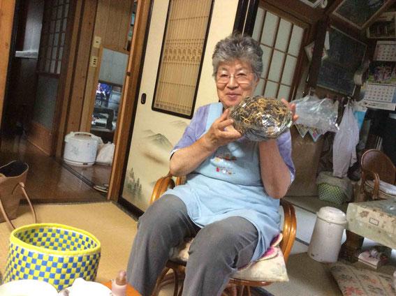 民宿平三郎の志田美子さん。自家製カタクリの乾物を手に。