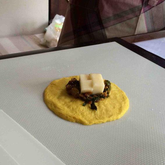 カレーの上にゴーダチーズをのせて、またカレーをのせてから生地で包みます。