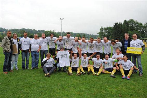 Außerdem bekam die Meistermannschaft mit ihren Funktionären von den Gemeindevertretern die Aufstiegsprämie durch die Marktgemeinde Heiligenkreuz am Waasen überreicht.