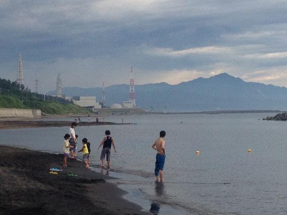 柏崎刈羽原発のそばの海水浴場