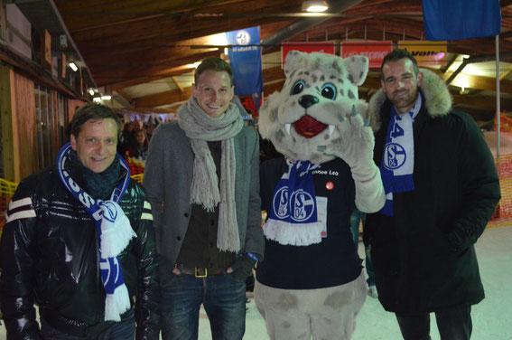 Schalkes Manager Horst Heldt, Nationalspieler Benedikt Höwedes, der Schnee-Leo und Christoph Metzelder (v.l.).