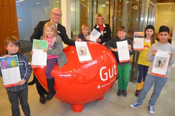 Die jungen Künstler mit Frank Pinnow (3. v. l.) und Diana Kölzow (5. v. l.) von der Marketingabteilung der Sparkasse.