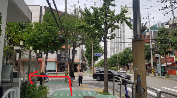 公園を通り過ぎてすぐの交差点を左折