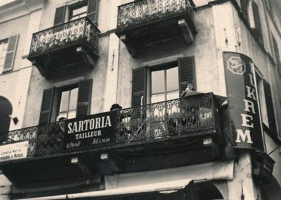 Bettina Heinen und Erwin Bowien beim Malen auf einem Balcon in Locarno, 50er Jahre