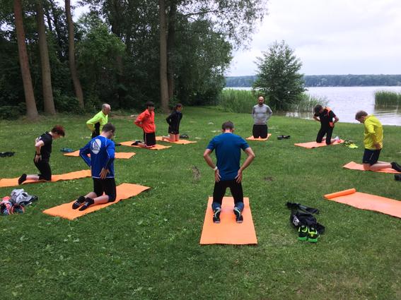 Yoga und Meridianstreching am Ufer vom Motzener See
