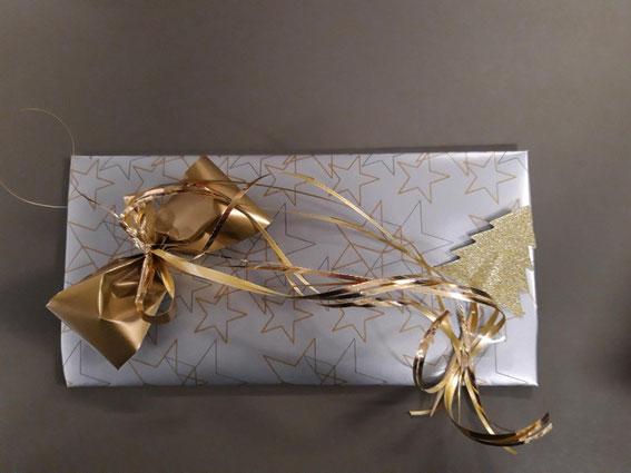 Last Minute Geschenkidee, Geschenkgutschein von Mode Schulte festlich verpackt.