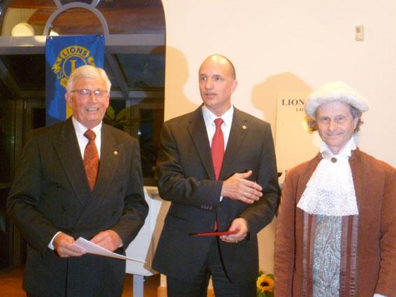 2011: Johann Hieronymus Schröter und Präsident Dirk Fasse bei der Preisübergabe an Stefan Röhr