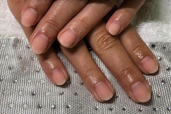 Natürlich gepflegte und schön aussehende Hände und Nägel