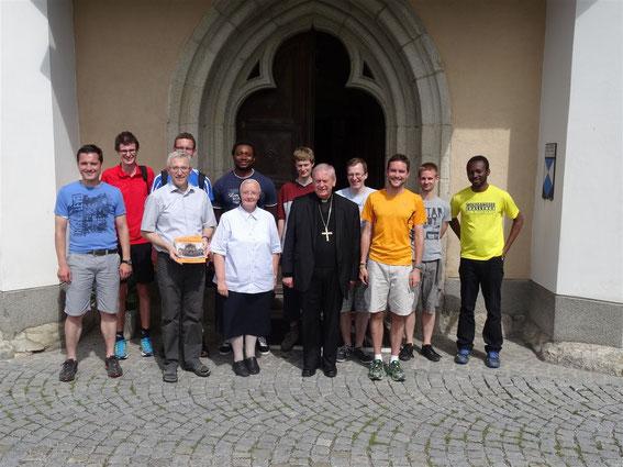 Bildmitte: Bischof Ludwig Schwarz, rechts von ihm Michael Münzner, links von ihm Sr. Michaela Schreiner und Johann Hintermaier mit Priesterseminaristen