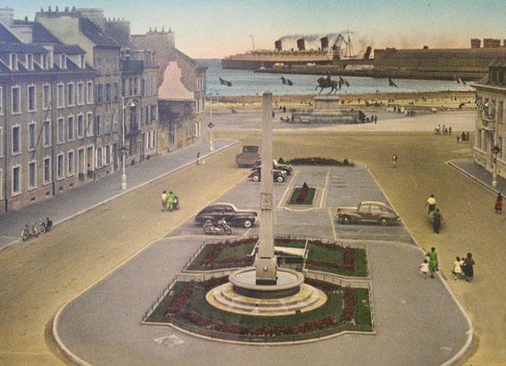 Le paquebot Queen Mary entrant dans le port de Cherbourg (vers 1954)