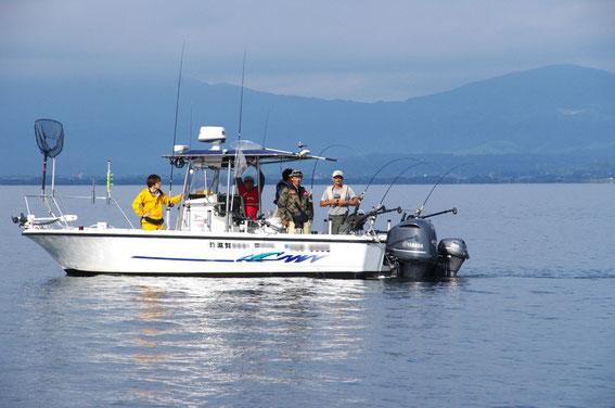 「OFC」(奥琵琶湖フィッシングチャーター)の鍋島キャプテン艇