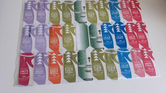 Photographie d'une planche de différents tickets de bus cartonnés utilisées sur les réseaux Saint-Malo Bus puis Keolis Saint-Malo Agglomération depuis les années 1990.