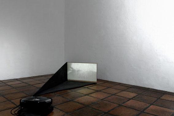 Ilich Castillo - Poner una carne en palito bajo la sombra de un edificio - La Limpia Videos