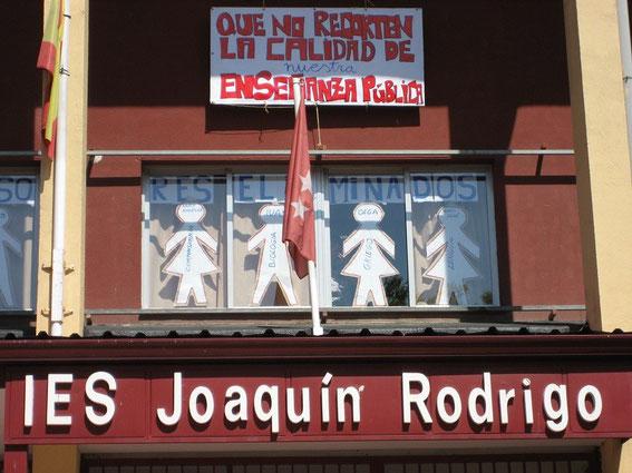 Reivindicaciones colgadas en la fachada del centro(Imagen: rodriblog.wordpress.com)