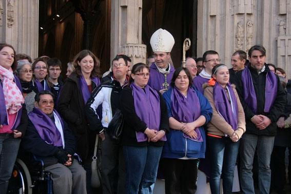Les 10 catéchumènes du diocèse autour de Mgr Habert. En chaise roulante, Lucien, de notre paroisse