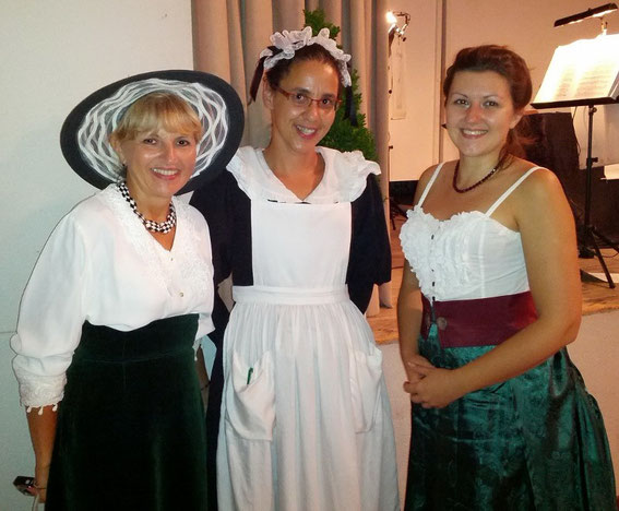 Mag. Silvia  und Astrid Schweighofer mit der stilechten Kellnerin Theresia Fisselberger.