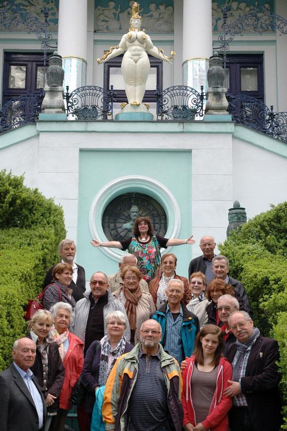 Die Freunde des kulturkreiskirchstetten auf der Stiege der Ernst Fuchs Villa