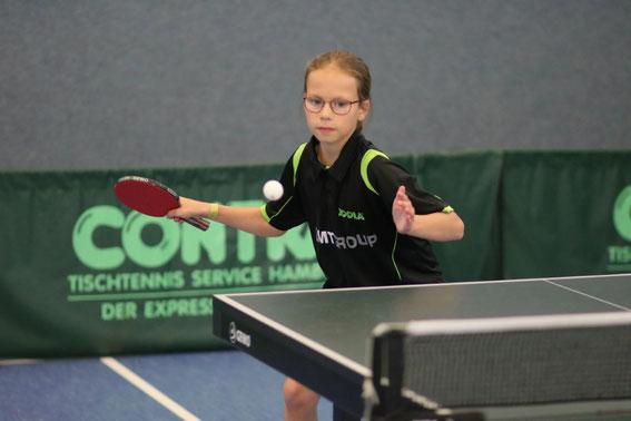 """Die zehnjährige Joleen Frink vom TSV Schwarzenbek erspielte sich mit tollen Leistungen ein """"goldenes Double"""" bei den Landestitelkämpfen der U11-Schülerinnen durch Erfolge im Einzel sowie im Doppel."""