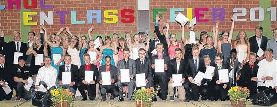 Tschüss: Zum Finale kamen alle Schülerinnen und Schüler der Cornelia-Funke Schule in Gemünden noch einmal auf die Bühne, um sich mit ihren Zeugnissen in der Hand zu verabschieden. Fotos: Ochs