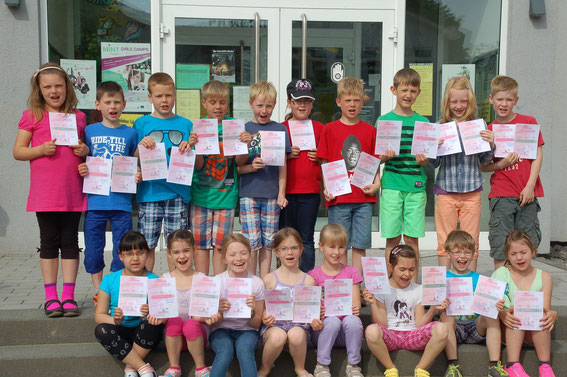 Das Bild zeigt die Schülerinnen und Schüler der Klasse 2b mit ihren Urkunden