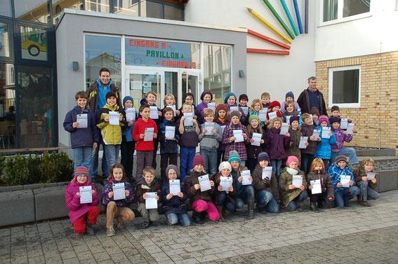 Auf unserem Bild sind die erfolgreichen Teilnehmer des Sportabzeichens aus der Grundschule der Cornelia-Funke-Schule aus Gemünden mit den Sportlehrern Tobias Truß und Theo Schätte zu sehen.