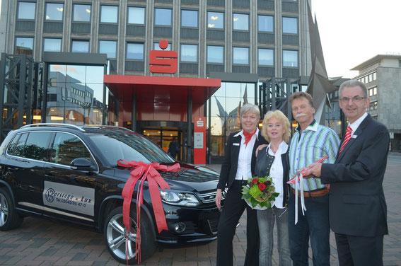 Brigitte Hopp (links) und Sparkassen-Vorstand Thomas Schmidt (rechts) überreichten Brigitte Schöppner (2. v. l.) sowie Josef Schlag (2. v. r.) einen nagelneuen VW Tiguan.