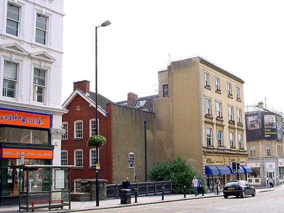 ※2:中央の赤い建物がブルック性的医療機関。