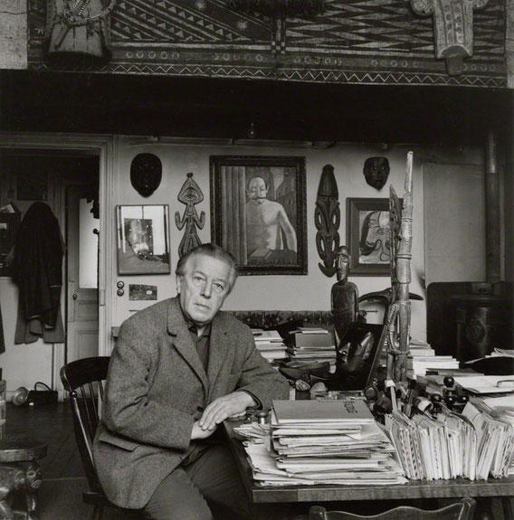 アンドレ・ブルトン。パリのアパートは5300点以上のブルトンのコレクションを集めたコレクションハウス兼書斎だった。
