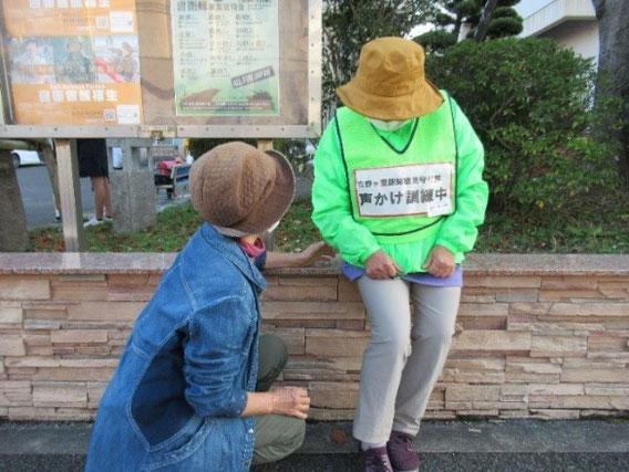 緑のジャンパーを着た人(困っている人役)が、地域で迷っていらっしゃいます。勇気を出して声をかけてみてください。