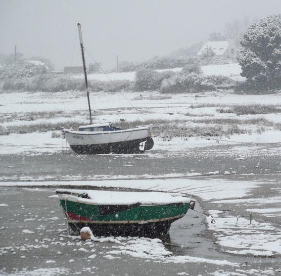Canots en bois sous à neige dans l'anse de Pellinec au Port-Blanc qui mérite bien son nom