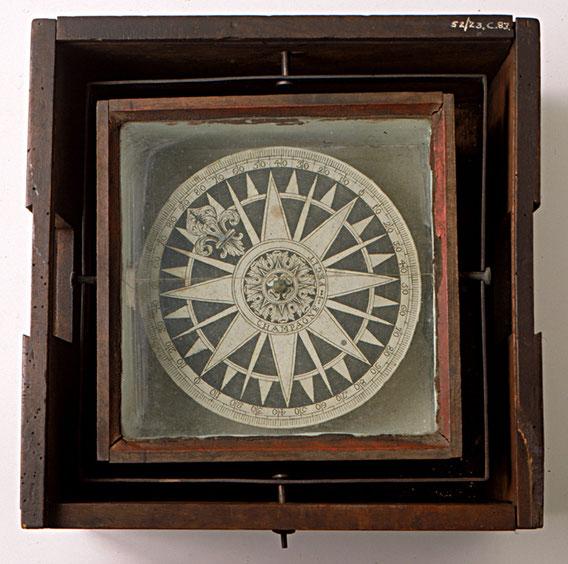 Très beau compas sec français de 1720, gradué en quart et en degré (graduation quadrantale)  la fenêtre à droite permettait de faire des relèvements (collection National Maritime Museum)