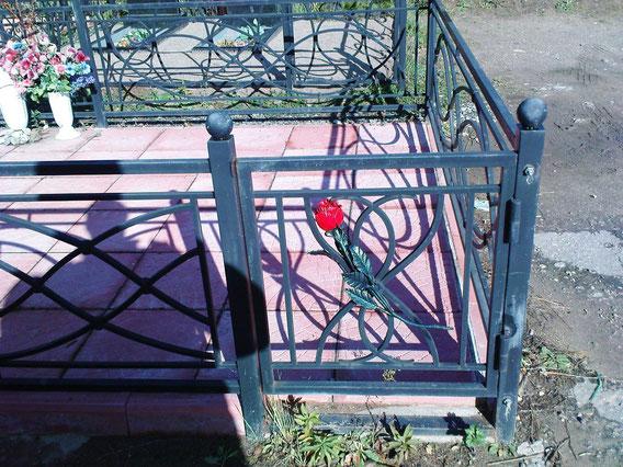 ограда на кладбище ( ковка роза )