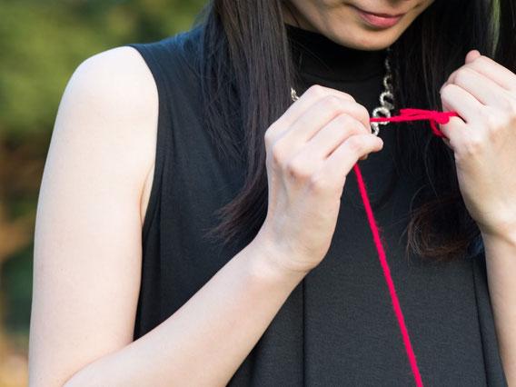 赤い糸を持った女性