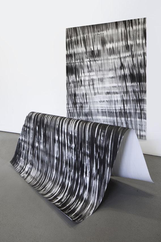 Sans Titre, Fusain sur papier et tréteau, 200x300x350 cm, 2019