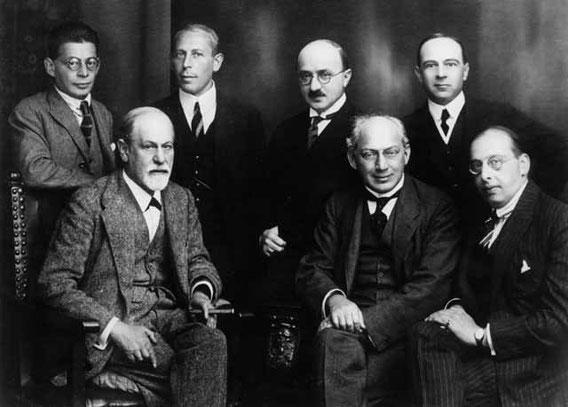 Otto Rank (li.) im Kreis des ‹Geheimen Komitees›, mit S. Freud, K. Abraham, M. Eitingon, S. Ferenczi, E. Jones, H. Sachs (1922)