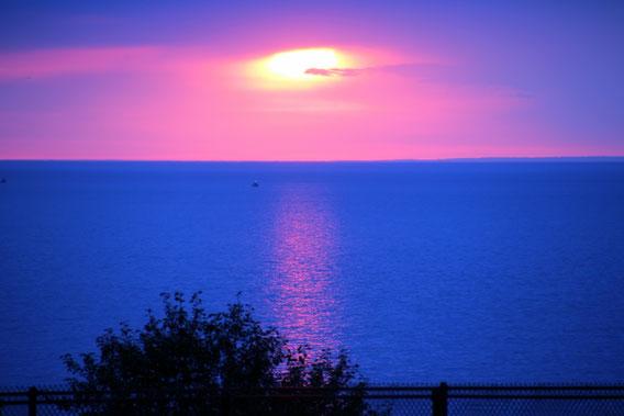 Sonnenaufgang vom Balkon meiner Suite im Edgewater Hotel & Waterpark