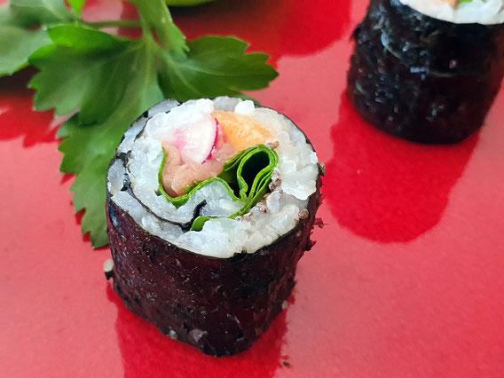 Maki avec truite fumée, feuille d'épinard frais, carotte, radis et graines de chia