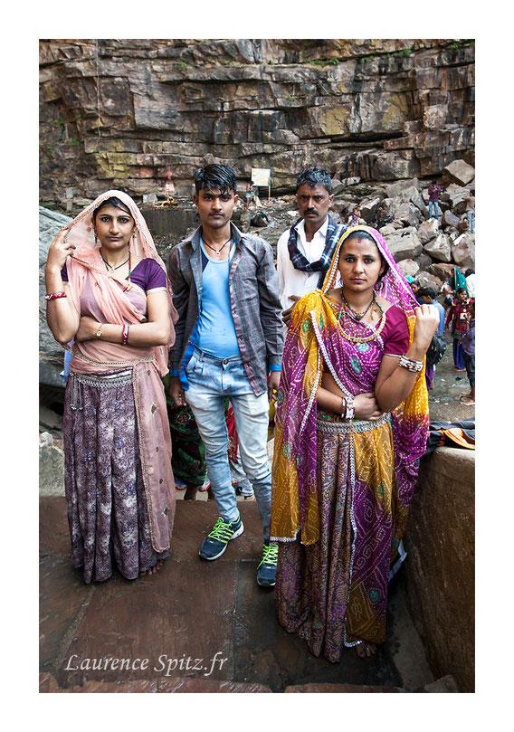 Retour des ablutions dans la cascade sacrée.  portrait Radjasthan (Inde)