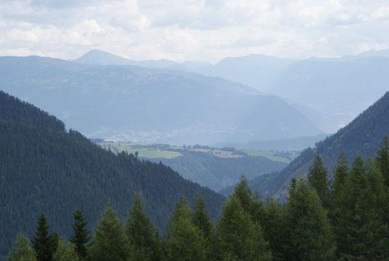 Blick in die Nockberge, im Vordergrund Teile der Ortschaft Zlan