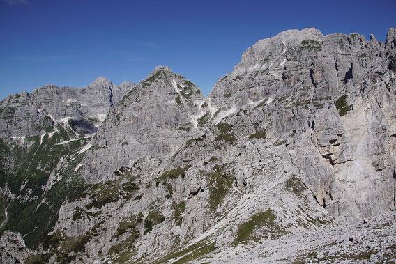 Blick vom Gipfel zum wolkenverhangenen Wischberg