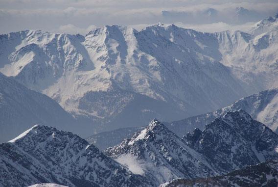 Berge so weit das Auge reicht, im Süden die Kreueckgruppe, im Bild das Schroneck