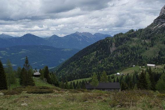 Beim Abstieg der Blick von der Zanklhütte hinunter zur Rattendorfer Alm, im Hintergrund zeigt sich der Spitzegel
