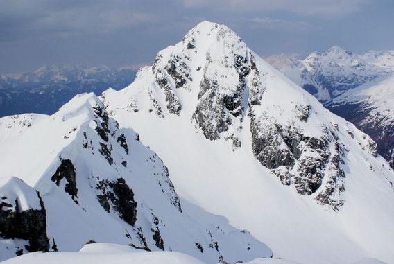 Vom Gipfel aus lacht die Hochtristen mit der verlockenden Gipfelrinne herüber